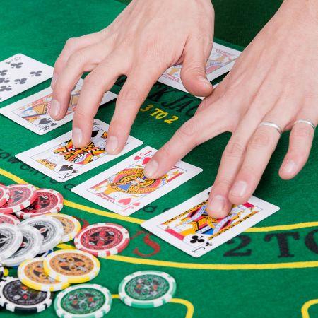 Costway Mallette Coffret de Poker Professionnelle 1000 Jetons 3 Jeux de Cartes 6 Dés 3 Boutons Tapis en Feutre Etui en Aluminium